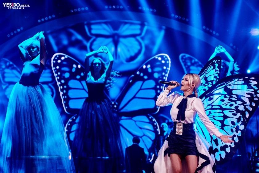 zdjęcie Dody wykonującej swój utwór w Tańcu z Gwiazdami